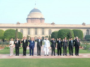 President Jokowi poses in a group photo with the Heads of State/ Heads of Government of ASEAN countries at the Rasthrapati Bhawan, on Thursday (25/1)
