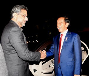 President Jokowi shakes hands with Prime Minister of Pakistan Shahid Khaqan Abbasi at the Pakistani National Assembly, in Islamabad, on Friday (26/1).