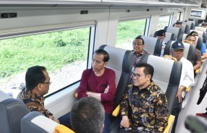 President Jokowi tries the newly launched airport train, after the inauguration at the Soekarno-Hatta Airport Station Tangerang, Banten on Tuesday (2/1)