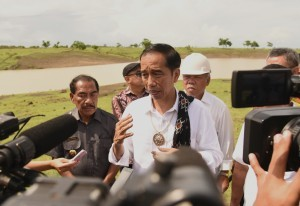 President Jokowi responds to reporters' questions after monitoring Saina Embung in Oelolot Village, West Rote, on Tuesday (9/1)
