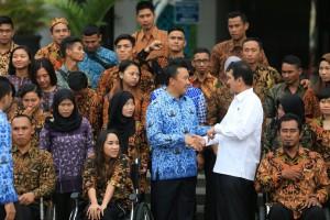 Menpora Imam Nahrawi dan Menteri PANRB Asman Abnur berfoto bersama para atlet berprestasi yang diangkat menjadi PNS, di halaman kantor Kemenpora, Jakarta, Rabu (17/1) pagi. (Foto: Humas Kemenpora)