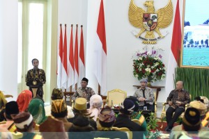 President Jokowi delivers opening remarks during a gathering with kings and sultans from all over Indonesia at Bogor Presidential Palace, West Java, Thursday (4/1). (Photo by: OZI/Public Relations Divisions)