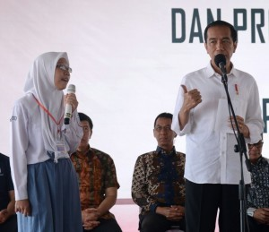 President Jokowi has a dialogue with a student at the distribution of PKH and KIP at Lapang Bakti Park, Banjar Regency, West Java, Tuesday (16/1) morning (Photo: Setpres)