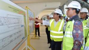 Menhub Budi K. Sumadi meninjau persiapan pengoperasian LRT, di Palembang, Sumsel, Senin (22/1). (Foto: Humas Kemenhub)