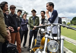 Presiden Jokowi menerima Chopperland, motor kreasi anak bangsa, di Istana Bogor, Jawa Barat, Sabtu (20/1) lalu.
