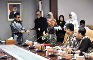 Cabinet Secretary Pramono Anung hands over DIPA 2018 to Deputy for Administrative Affairs Farid Utomo, at Building III of Ministry of State Secretariat, Jakarta, Monday (8/1) morning (Photo: JAY/ PR)