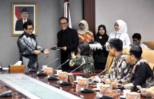 Seskab Pramono Anung menyerahkan DIPA 208 kepada Deputi Administrasi Farid Utomo, di lantai II Gedung III Kemensetneg, Jakarta, Senin (8/1) pagi. (Foto: JAY/Humas)