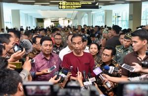 Presiden Jokowi menjawab pertanyaan wartawan usai mencoba kereta Bandara Soekarno Hatta
