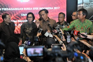 Presiden Jokowi menjawab pertanyaan wartawan usai mengikuti acara Penutupan Perdagangan BEI di Gedung Bursa Efek Jakarta, 29 Desember 2017