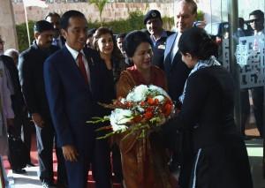 Presiden Jokowi dan Ibu Negara Iriana disambut oleh General Manager Hotel Serena, Islamabad, Pakistan, Jumat (26/1). (Foto: Humas/Rahmat).