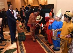 Presiden Jokowi bersama Ibu Negara Iriana bertemu dengan masyarakat Indonesia di Shamandan Hall, Hotel Serena, Islamabad, Pakistan, Jumat (26/1). (Foto: Humas/Rahmat).