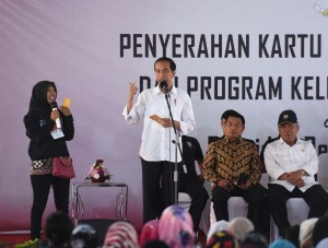 Presiden Jokowi berdialog dengan salah seorang Ibu penerima PKH, di lapangan SMAN 1 Palembang, Sumsel, Senin (22/1) pagi. (Foto: Anggun/Humas)