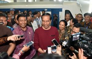 Presiden Jokowi menjawab wartawan usai menjajal kereta bandara, di Stasiun Sudirman Baru, Jakarta, Selasa (2/1) siang.(Foto: JAY/Humas)