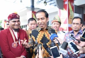 Presiden Jokowi menjawab wartawan usai menghadiri acara Pembukaan Kongres ke-30 dan MPA ke-29 (PMKRI, di GOR Dempo Jakabaring Sport City, Palembang, Sumsel, Senin (22/1) siang. (Foto: Anggun/Humas)