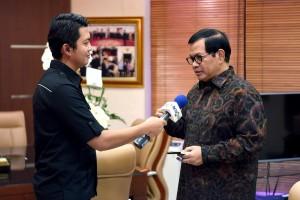 Seskab dalam wawancara khusus dengan Metro TV, di ruang kerjanya Gedung III Kemensetneg, Jakarta, Rabu (31/1) sore. (foto: Humas/Agung)