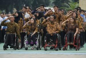 Atlet-alet nasional yang diangkat menjadi PNS memberi hormat pada upacara di halaman Kemenpora, Jakarta, Rabu (17/1) pagi. (Foto: Humas Kemenpora)