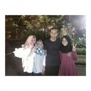 Tiga gadis Madiun yang berfoto bersama Presiden Jokowi di Istana Yogyakarta, Minggu (31/12). (Foto: BPMI)
