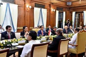 Presiden Jokowi saat pertemuan dengan Presiden Sri Lanka Maithripala Sirisena bersama delegasi kedua negara di Presidential Secretariat, Sri Lanka, Rabu (24/1) malam. (Foto: BPMI)