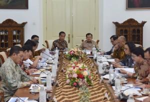 Presiden Jokowi saat sedang memberikan pengantar pada Rapat Terbatas membahas Tindak Lanjut Program Dana Abadi Pendidikan di Istana Kepresidenan Bogor, Jawa Barat, 27 Desember 2017.
