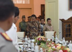 Presiden saat akan memasuki ruangan Rapat Terbatas membahas Tindak Lanjut Program Dana Abadi Pendidikan di Istana Kepresidenan Bogor, Jawa Barat, 27 Desember 2017.