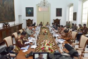 Suasana Rapat Terbatas membahas Tindak Lanjut Program Dana Abadi Pendidikan di Istana Kepresidenan Bogor, Jawa Barat, 27 Desember 2017.