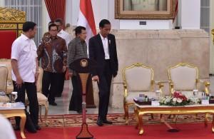 Presiden Jokowi didampingi Wapres Jusuf Kalla dan Seskab Pramono Anung saat memasuki ruangan untuk memimpin Sidang Kabinet Paripurna di Istana Negara, Jakarta, Rabu 3 Januari 2018 Pukul 14.00 WIB