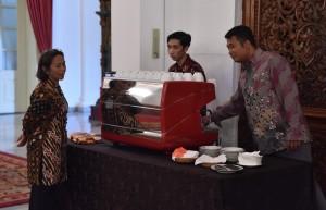 Waseskab turut mencoba kopi sebelum Sidang Kabinet Paripurna di Istana Negara, Jakarta, Rabu 3 Januari 2018 Pukul 14.00 WIB
