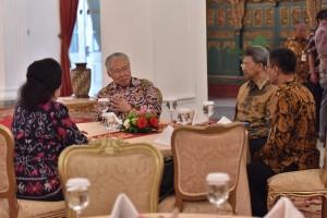 Para Menteri berdiskusi sebelum Sidang Kabinet Paripurna di Istana Negara, Jakarta, Rabu 3 Januari 2018 Pukul 14.00 WIB