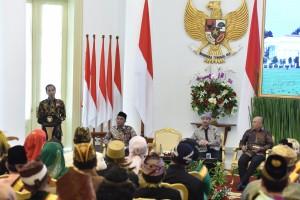 Presiden Jokowi saat memberikan sambutan dalam acara penerimaan audiensi Raja dan Sultan se-Indonesia di Istana Kepresidenan Bogor, Kamis, 4 Januari 2018.