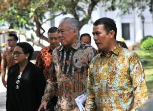 Mentan dan Mendag berjalan menuju ruang Rapat Terbatas Peningkatan Investasi dan Perdagangan, 5 Januari 2017, Pukul 14.00 WIB di Istana Merdeka, Jakarta