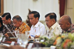 Presiden Joko Widodo, didampingi Wapres Jusuf Kalla, saat memimpin Rapat Terbatas Peningkatan Investasi dan Perdagangan, 5 Januari 2017, Pukul 14.00 WIB di Istana Merdeka, Jakarta