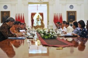 Presiden Joko Widodo saat memimpin Rapat Terbatas Peningkatan Investasi dan Perdagangan, 5 Januari 2017, Pukul 14.00 WIB di Istana Merdeka, Jakarta