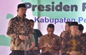 Mendikbud saat acara penyerahan Kartu Indonesia Pintar (KIP) dan Program Keluarga Harapan (PKH) di Sekolah Menengah Atas (SMA) Negeri 1 Kajen, Kabupaten Pekalongan, Jawa Tengah, Senin (15/1)
