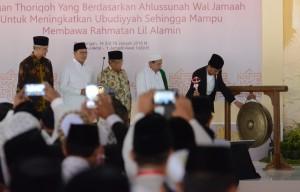 Presiden Jokowi saat memberikan sambutan pada acara Muktamar JATMAN dan Halaqoh II Ulama Thoriqoh Luar Negeri di Pendopo Kabupaten Pekalongan, Jawa Tengah, Senin (15/1)