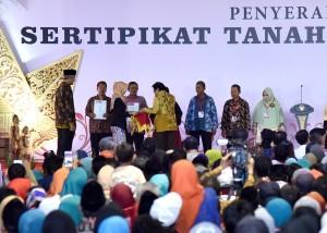 Presiden Jokowi menyerahkan 5.500 sertifikat hak atas tanah yang diserahkan kepada 4.999 penerima, di lapangan Dukuh Salam, Slawi, Tegal, Jawa Tengah, Senin (15/1)