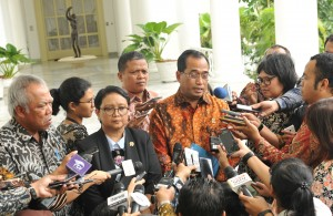Menhub menjawab pertanyaan wartawan usai mendampingi Presiden mengikuti pertemuan dengan Utusan Khusus PM Jepang di Istana Kepresidenan Bogor, Jawa Barat, Jumat (19/1). (Foto: Humas/Jay).