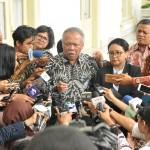 Menteri PUPR menjelaskan kepada wartawan mengenai 6 proyek yang didukung Pemerintah Jepang usai mendampingi Presiden di Istana Kepresidenan Bogor, Jawa Barat, Jumat (19/1). (Foto: Humas/Jay)