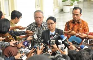 Menlu menjawab pertanyaan wartawan Usai mendampingi Presiden Jokowi menerima kunjungan kehormatan Utusan Khusus PM Jepang Toshihiro Nikai di Istana Kepresidenan Bogor, Jawa Barat, Jumat (19/1). (Foto: Humas/Jay)