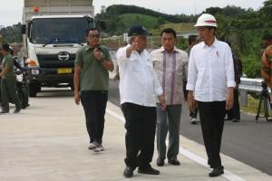 Presiden Jokowi mendapat penjelasan dari Menteri PUPR tentang pembangunan ruas Pelabuhan-Bakauheni sepanjang 8,9 km dan ruas Lematang-Kotabaru sepanjang 5,64 km, di Bakauheni, Lampung, Minggu (21/1). (Foto: Humas/Oji)