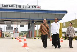 Presiden saat meninjau ruas Pelabuhan-Bakauheni sepanjang 8,9 km dan ruas Lematang-Kotabaru sepanjang 5,64 km, di Bakauheni, Lampung, Minggu (21/1). (Foto: Humas/Oji).