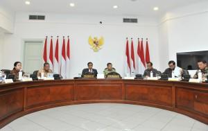 Presiden Jokowi saat memimpin Rapat Terbatas lanjutan mengenai peningkatan investasi di Kantor Presiden, Jakarta, Rabu (31/1). (Foto: Humas/Jay)