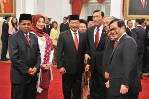 Mensos Idrus Marham dan KSP Moeldoko berfoto bersama Menko Kemaritiman, Seskab, dan Teten Masduki, usai pelantikan di Istana Negara, Jakarta, Rabu (17/1) pagi. (Foto: JAY/Humas)