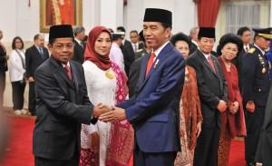 Idrus Marham didampingi istrinya Ridho Ekasari menerima ucapan selamat dari Presiden Jokowi atas pelantikannya sebagai Mensos, di Istana Negara, Jakarta, Rabu (17/1) pagi. (Foto: JAY/Humas)