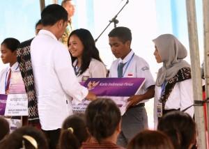 Presiden Jokowi saat melakukan kunjungan kerja ke SMP Negeri 4, Rote Barat Daya, Nusa Tenggara Timur (NTT), Selasa (9/1) siang, untuk menyerahkan 1.015 KIP dan 500 PKH. (Foto: Humas/Rahmat).