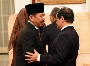 Kepala BSSN mendapat ucapan selamat dari Seskab usai dilantik oleh Presiden Jokowi, di Istana Negara, Jakarta, Rabu (3/1) siang. (Foto: Humas/Rahmat).
