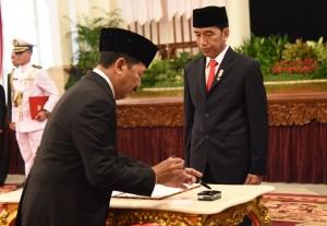 Presiden Jokowi melantik Mayjen TNI Djoko Setiadi sebagai Kepala Badan Siber dan Sandi Negara di Istana Negara, Jakarta, Rabu (3/1). (Foto: Humas/Rahmat).