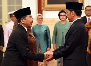 Presiden Jokowi memberikan ucapan selamat kepada Kepala Badan Sandi dan Siber Djoko Setiono usai dilantik di Istana Negara, Jakarta, 3 Januari 2018.