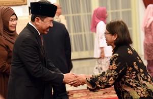 Waseskab memberikan ucapan selamat kepada Kepala Badan Sandi dan Siber Djoko Setiono usai dilantik di Istana Negara, Jakarta, 3 Januari 2018.