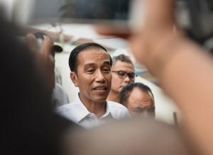 Presiden Jokowi menjawab wartawan usai memberikan kuliah umum di Universitas Muhammadiyah, Kupang, Nusa Tenggara Timur (NTT), Senin (8/1) siang. (Foto: Humas/Agung)
