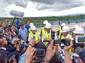 Presiden menjawab pertanyaan wartawan usai meresmikan pengisian Bendungan Raknamo dan dua PLBN, di Kupang, Nusa Tenggara Timur, Selasa (9/1) sore. (Foto: Humas/Agung)